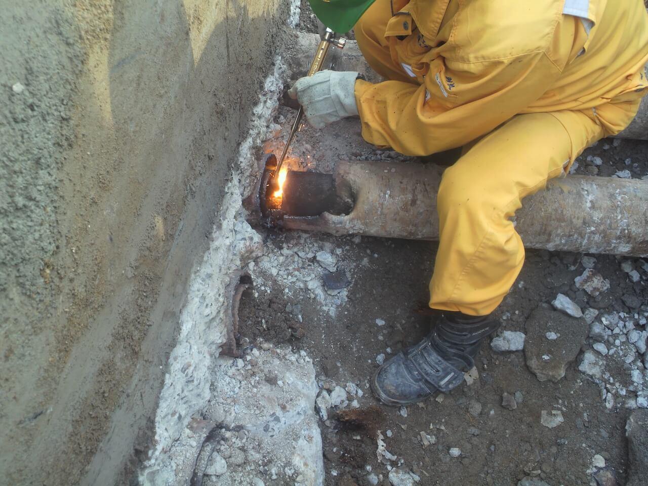 水道本管工事|不要な管を切断する様子