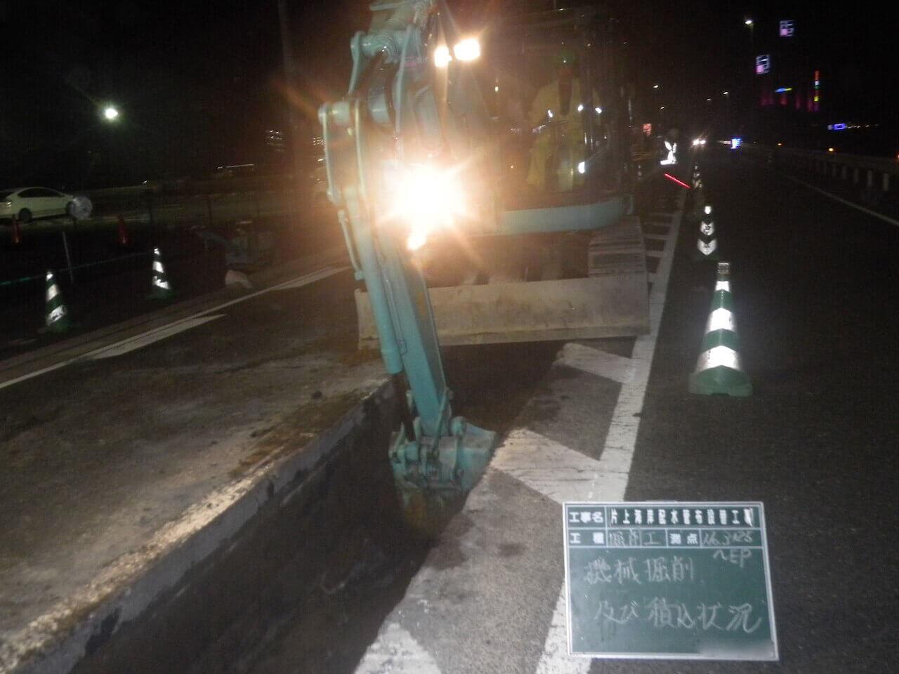 水道本管工事|さらに深く掘削する様子